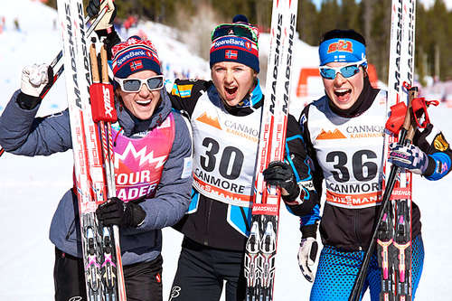 Seierspallen på 7. etappe av Ski Tour Canada 2016, 10 km fristil i Canmore. Fra venstre: Heidi Weng (2.-plass), Ingvild Flugstad Østberg (1) og Krista Pärmäkoski (3). Foto: Felgenhauer/NordicFocus.