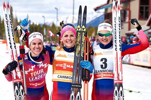 Seierspallen etter alle 8 etapper i Ski Tour Canada 2016. Fra venstre: Heidi Weng (2. plass), Therese Johaug (1) og Ingvild Flugstad Østberg (3). Foto: Felgenhauer/NordicFocus.