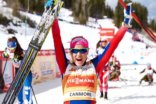 Therese Johaug jubler for sammenlagtseieren i Ski Tour Canda 2016. Foto: Felgenhauer/NordicFocus.