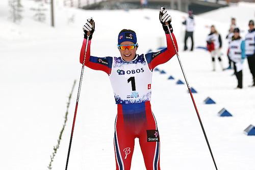 Lotta Udnes Weng går inn til gull for Akershus i damenes NM-stafett på Beito 2016. Foto: Erik Borg.