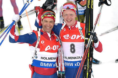 Ole Einar Bjørndalen (t.v.) og Johannes Thingnes Bø jubler for bronse og gull på fellesstarten i Oslo-VM 2016. Foto: NordicFocus.