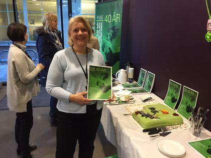 FUG 40 år - Gunn Iren Müller foran kakebord