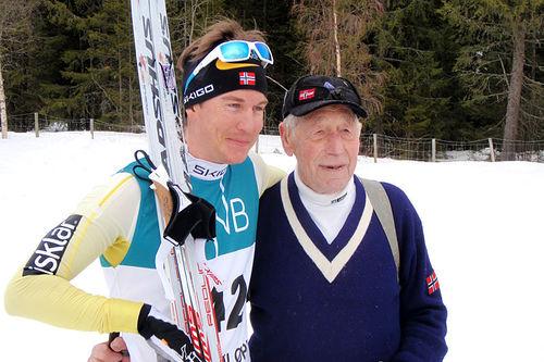 Vetle Thyli vant Ulsjøløpet 2016. Her er han sammen med sin bestefar, Nils Slåttsveen, som vant rennet for 50 år siden. Foto: Magne Hasli.