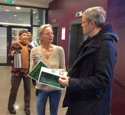 Utdanningsdirektør Petter Skarheim får kaffe og FUG-hefte