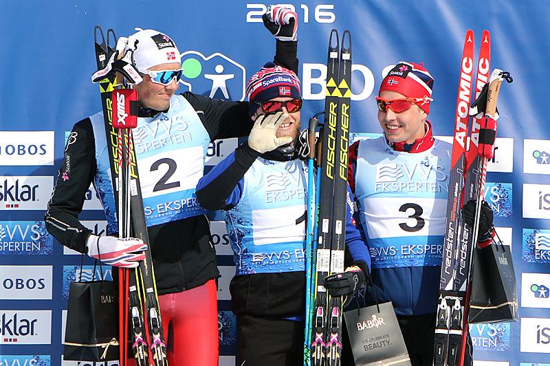 Seierspallen på 10 km fri for menn under NM på Beitostølen 2016. Fra venstre: Emil Iversen (2.-plass), Martin Johnsrud Sundby (1) og Simen Hegstad Krüger (3). Foto: Erik Borg.