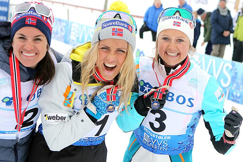 Seierspallen på 50 km i fri teknikk under NM på Beitostølen 2016. Fra venstre: Heidi Weng (2.-plass), Therese Johaug (1) og Ingvild Flugstad Østberg (3). Foto: Erik Borg.