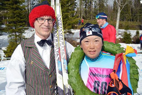Vinner av Flyktningerennet 2016, Masako Ishida, sammen med kransgutt Dag Wassdahl. Foto: Flyktningerennet / Karl Audun Fagerli.