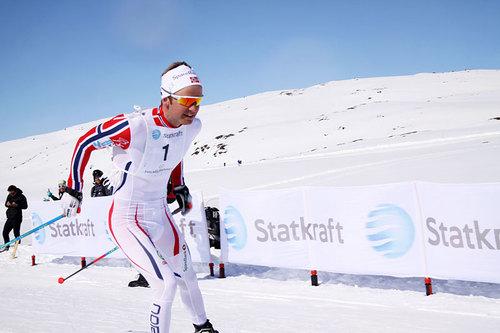 Sjur Røthe inn i mål som vinner av Haukelirennet 2016. Foto: Trond Neri Flothyl.