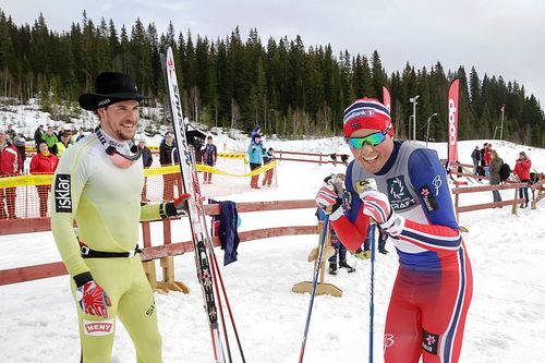 John Kristian Dahl, til venstre, har fått på seg hatten som beviser at han er vinner av Hattrennet 2016. Emil Iversen fulgte som nummer to. Foto: Per Vikan/Helgelendingen/Helg.no.