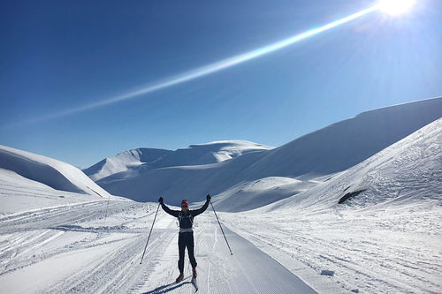 Henrik Johnsen fra Swix sin racingservice på plass under Svalbard Skimaraton en tidligere vinter. Foto: Swix Sport.