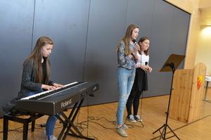 Kulturinnslag ved elevene Una, Mathilde og Sofie fra 10. trinn_300x199.jpg