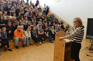 Rådmann Nina Bordi holdt en sterk tale om viktigheten av å jobbe sammen mot mobbing og av alle i skolen har et ansvar for å stoppe mobbing_300x199.jpg
