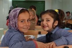 To jenter fra ulike kulturer i klassen