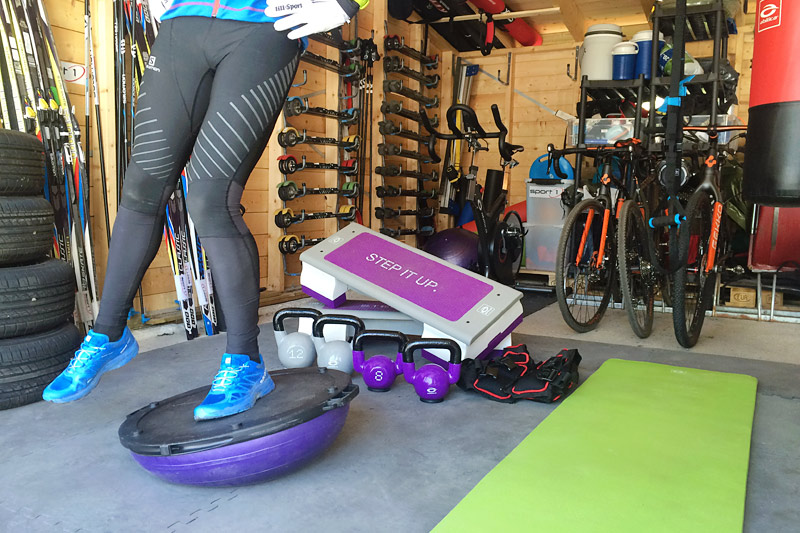 Balansetrening på bosuball utføres her av Mårten Soleng Skinstad. Foto: Team Sport 1 Skinstad.