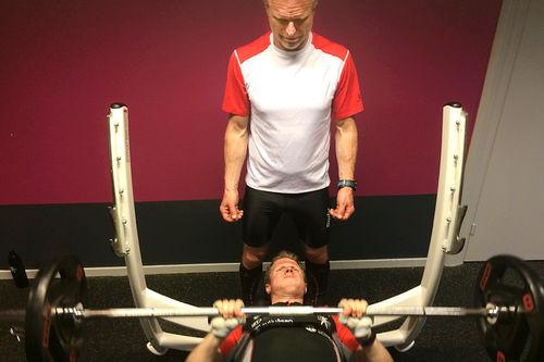 Hard styrketrening er det som må til for å øke antallet cellekjerner i muskelcellene. Her illustrert ved far og sønn, Åge Skinstad og Petter Soleng Skinstad. Foto: Odd Christian Hagen/Toten Treningssenter.