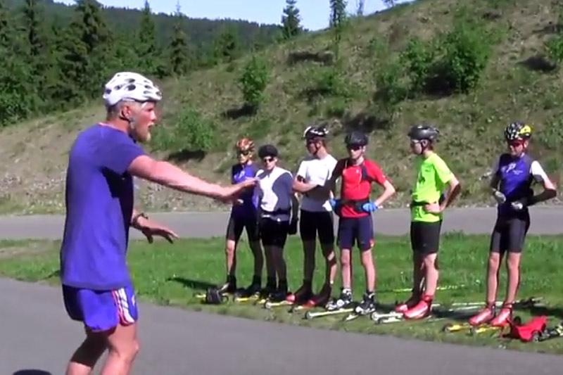 Landslagstrener Tor Arne Hetland er instrukstør for ungdommer fra Oslo Skikrets i forbindelse med Oslo Skishow 2016. Foto: Espen Utaker/YouTube.