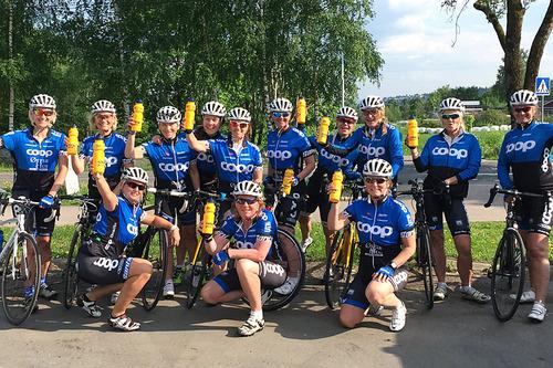 13 av damene i Team Coop Ladies som er klare for å sykle Den Store Styrkeprøven. Foto: Team Coop Ladies.