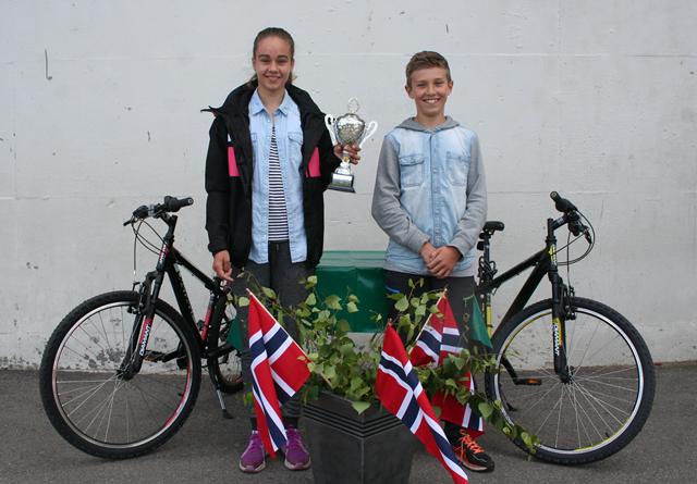 Desiree Van der Stelt og Petter Strømstad ved Hornnes barneskule