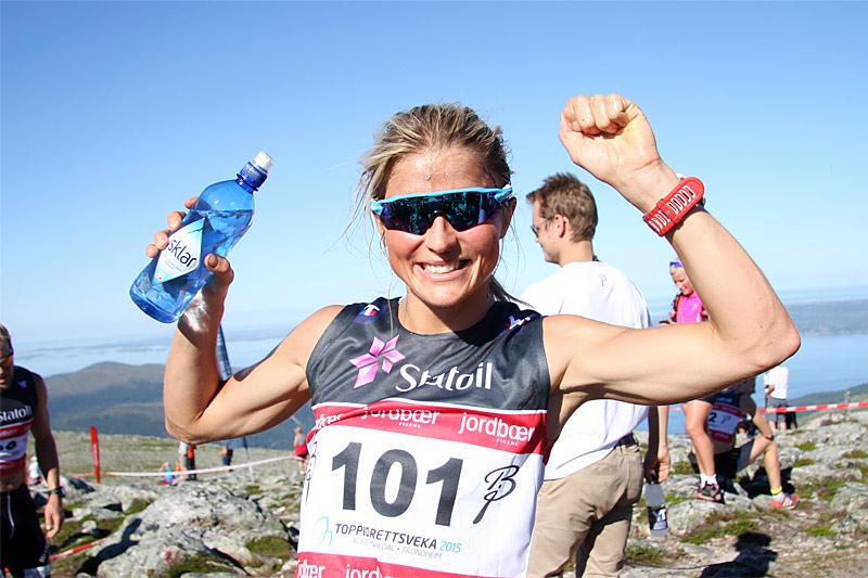 Therese Johaug er strålende fornøyd etter å ha vunnet Toppidrettsvekas motbakkeløp, Fonna Opp 2015, på ny rekordtid i et sommervarmt nord-vestland. Løperdrikken hun har i hånden er rent norsk vann. Foto: Geir Nilsen/Langrenn.com.