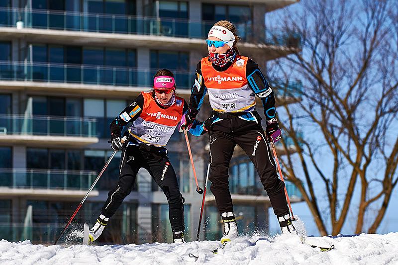 Therese Johaug (foran) og Maiken Caspersen Falla trener i Ski Tour Canada-løypene. Foto: Felgenhauer/NordicFocus.