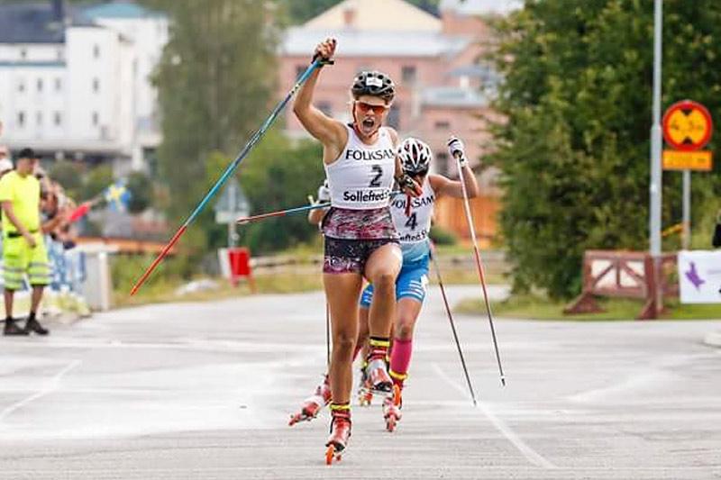 Amalie Honerud Olsen inn til sprintseier i juniorklassen under verdenscupen på rulleski i svenske Sollefteå 2016. Foto: Flavio Becchis/Skirollisti.org.