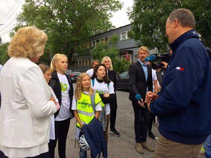 Samferdselsminister Ketil Solvik-Olsen og barn ved Smestad skole