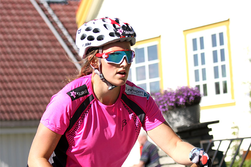 Barbro Kvåle varmer opp foran finalen i Toppidrettsveka 2016. Foto: Geir Nilsen/Langrenn.com.