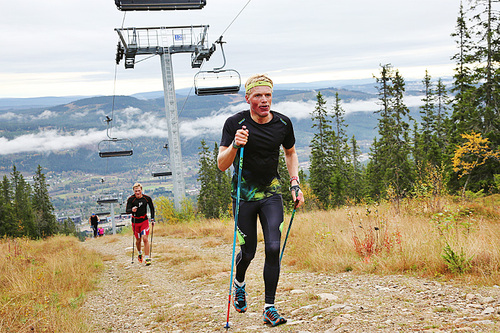 Sigurd Lund Røer (foran) og Harald Ihlebæk på vei opp alpinbakken under en tøff elghufsintervall, i forbindelse med BSK Elite sin samling på Trysil i september 2016. Foto: Eirik Lund Røer.