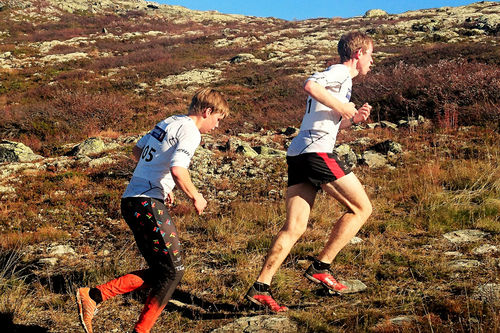Ola Jordheim (t.v.) i ryggen på Ketil Monsen under Te Tøpps 2016. I mål ble de nummer 1 og 2, med Jordheim 18 sekunder foran. Foto:  Anne Berit Ulsaker.