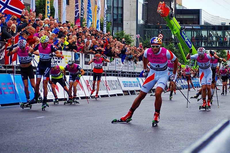 Petter Northug spurter inn til seier på herrenes fellesstart i Blinkfestivalen en tidligere sesong. Arrangørfoto.