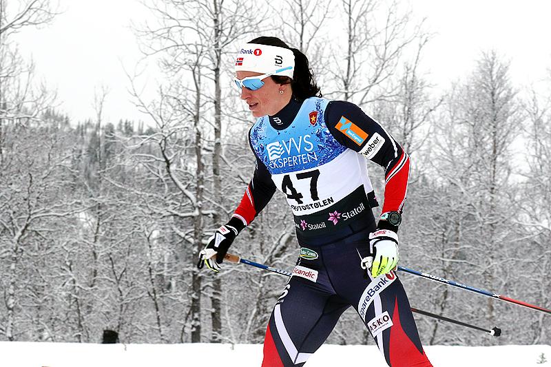 Marit Bjørgen på vei mot seier i 10 kilometer fri teknikk under sesongåpningen på Beitostølen 2016. Rennet var Marits første tellende skirenn på halvannet år. Foto: Erik Borg.