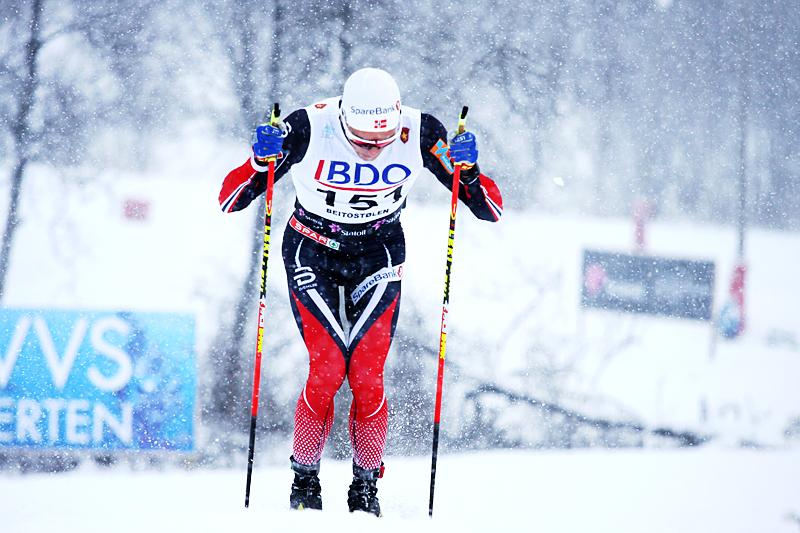 Didrik Tønseth staket seg med stor kraft rundt den 15 km lange konkurransen i klassisk teknikk i snøværet under Beitosprinten 2016 og vant rennet, slik sett bekreftet han den sterke staketrenden og hvor effektiv den er. Foto: Geir Nilsen/Langrenn.com.