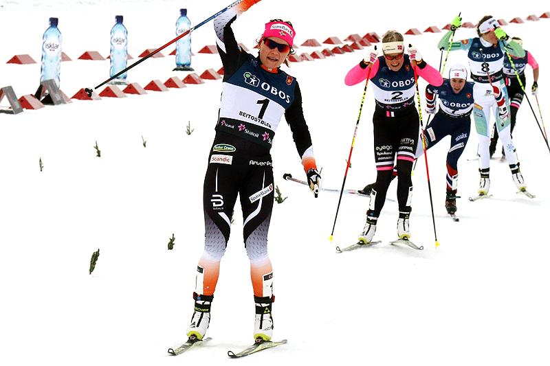 Maiken Caspersen Falla går inn til seier i damenes sprintfinale under sesongåpningen på Beitostølen 2016. Foto: Erik Borg.