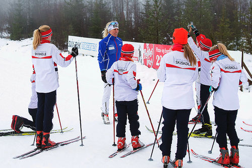 Anita Moen lærer bort skiteknikk til ivrige elever ved hennes skiskole i Trysil. Foto: Anita Moen Skiskole.