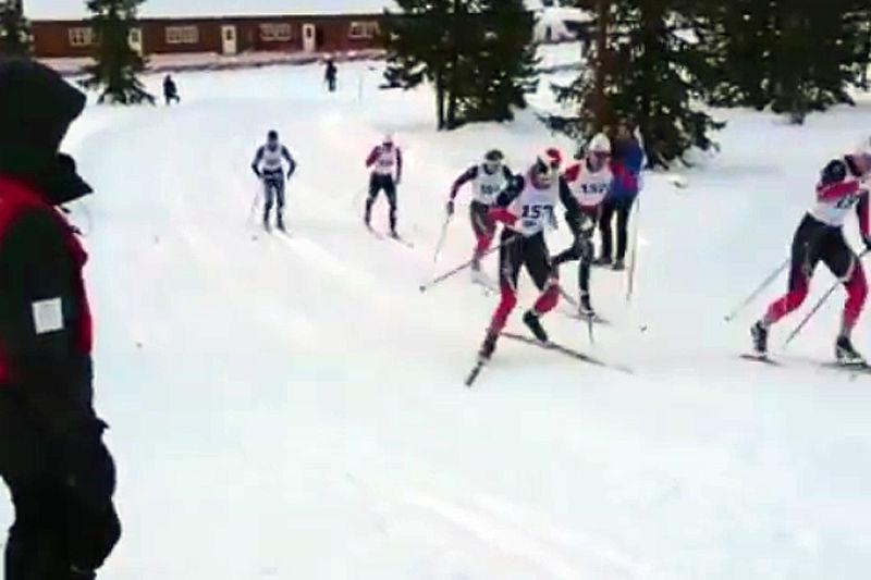 Fra herrenes sprintfinale på Gålå. Vebjørn Hegdal (nærmest kamera) blir deplassert for glidende fiskebein. Skjermdump fra @vebjornhegdal på Instagram.