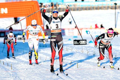 Heidi Weng spurtslo Maiken Caspersen Falla (t.h.) i kampen om seieren på sprint under verdenscupens minitour på Lillehammer forrige vinter. Bak følger svenske Hanna Falk som ble nummer tre. Foto: Modica/NordicFocus.