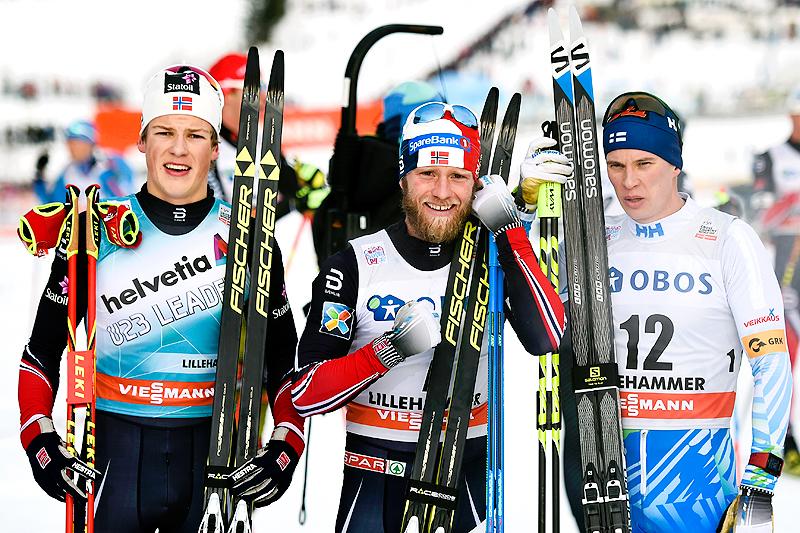 Seierspallen etter samtlige etapper i verdenscupens minitour på Lillehammer forrige vinter besto av (f.v.) Johannes Høsflot Klæbog (2. plass), Martin Johnsrud Sundby (1) og Matti Heikkinen (3). Foto: Thibaut/NordicFocus.