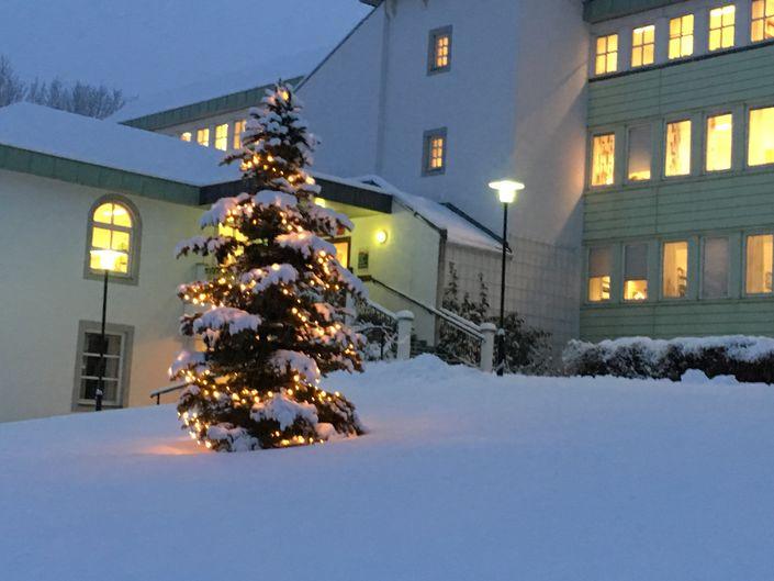 Rådhuset i vinterdrakt med juletre