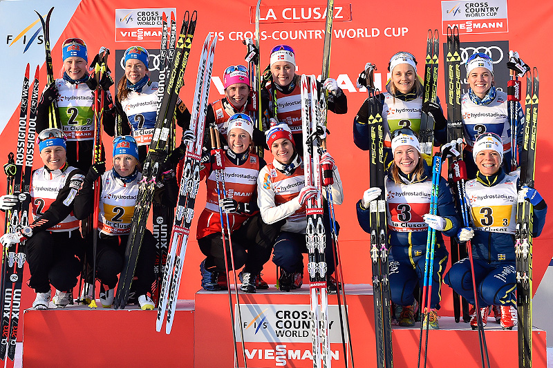Seierspallen etter damenes verdenscupstafett i La Clusaz i desember 2016. Fra venstre: Finland (2. plass), Norge (1) og Sverige (3). Foto: Thibaut/NordicFocus.