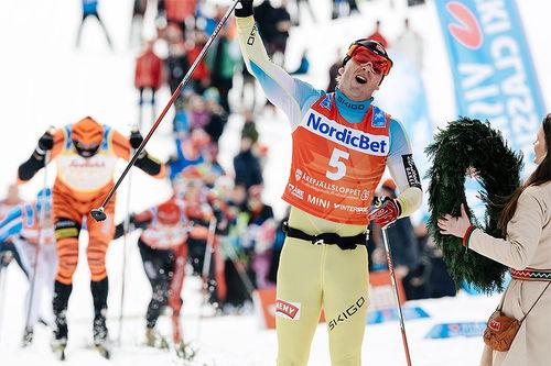 Johan Kjølstad går inn til seier i Årefjällslopet 2016. Foto: Magnust Östh/ Visma Ski Classics.