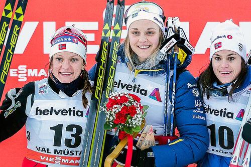 Damenes seierspall etter 1. etappe av Tour de Ski 2016-2017, skøytesprinten i Val Müstair. Fra venstre: Maiken Caspersen Falla (2. plass), Stina Nilsson (1) og Heidi Weng (3). Foto: Modica/NordicFocus.