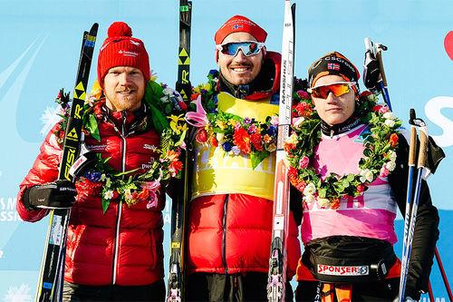 Seierspallen i Vasaloppet China 2017. Fra venstre: Jens Eriksson (2. plass), Andreas Nygaard (1) og Stian Hoelgaard (3). Foto: Magnus Östh/Visma Ski Classics.