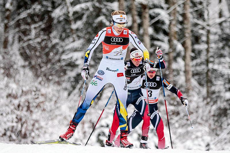 Stina Nilsson foran Heidi Weng og Ingvild Flugstad Østberg underveis på jaktstarten i Oberstdorf, 4. etappe i Tour de Ski 2016-2017. Slik ble også rekkefølgen i mål. Foto: Modica/NordicFocus.