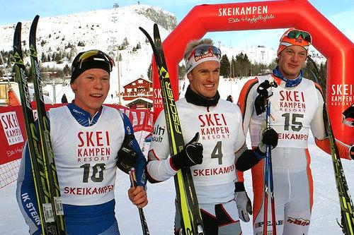 Seierspallen for herrer i Skeikampenrennet. Fra venstre: Alfred Buskqvist (2. plass), Morten Eide Pedersen (1) og Jørgen Dahl Paule (3). Arrangørfoto.
