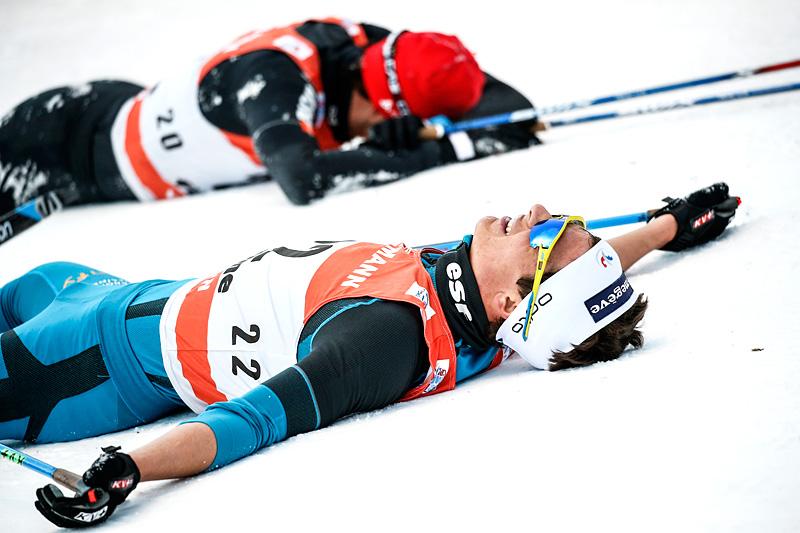 Nærmest kamera er Clement Parisse fra Frankrike, som puster ut etter å ha gått inn til 23. plass totalt i Tour de Ski 2016-2017. I bakgrunnen ser vi Jonas Baumann fra Sveits, han ble nummer 21. Foto: Modica/NordicFocus.