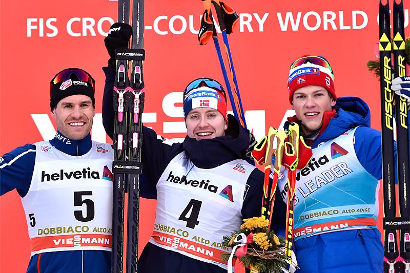 Pallgutta etter verdenscupsprinten i Toblach 2017. Fra venstre: Simeon Hamilton, USA (2. plass), Sindre Bjørnestad Skar (1) og Johannes Høsflot Klæbo, Norge (3). Foto: Thibaut/NordicFocus.