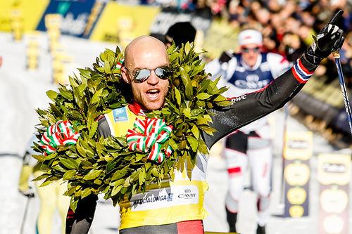 Tord Asle Gjerdalen jubler her over sin 3. strake seier i Marcialonga etter å ha vunnet 2015, 2016 og 2017. Foto: Bragotto/NordicFocus.