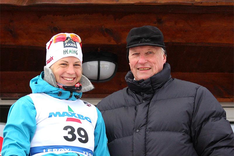 Kong Harald V sammen med Astrid Uhrenholdt Jacobsen etter ett av hennes mange NM-gull. Foto: Geir Nilsen/Langrenn.com.