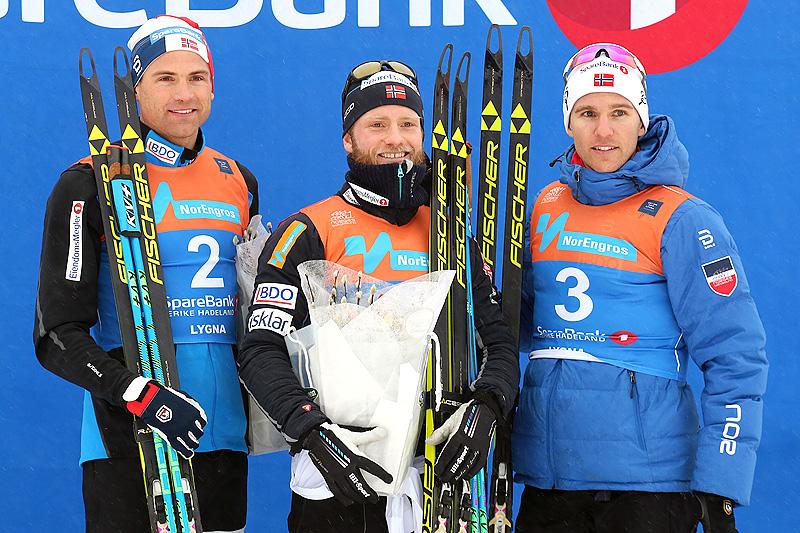 Seierspallen etter herrenes NM-skiathlon på Lygna forrige sesong. Fra venstre: Niklas Dyrhaug (2. plass), Martin Johnsrud Sundby (1) og Didrik Tønseth (3). Foto: Eirik Lund Røer/Eiluro.