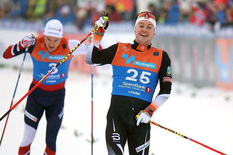 Sindre Bjørnestad Skar inn til en sterk 5. plass på fellesstart med skibytte under NM på Lygna 2017. Bak går Finn Hågen Krogh inn til 7. plass. Foto: Eirik Lund Røer/Eiluro.